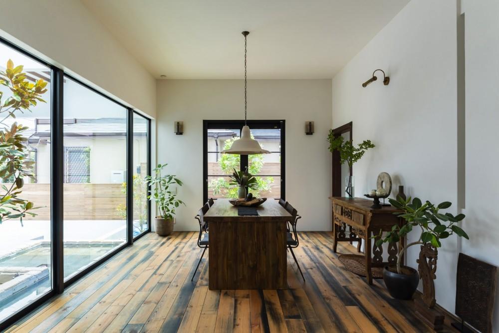 スパイスが薫る家 (水盤のある明るい中庭に面したダイニング)