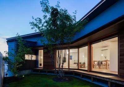 中庭 (祖父江町の家/角地に建つ平屋の住まい)