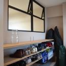 50平米という限られた空間を広く見せるマンションリノベーションの写真 玄関土間スペース