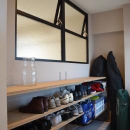 50平米という限られた空間を広く見せるマンションリノベーション (玄関土間スペース)