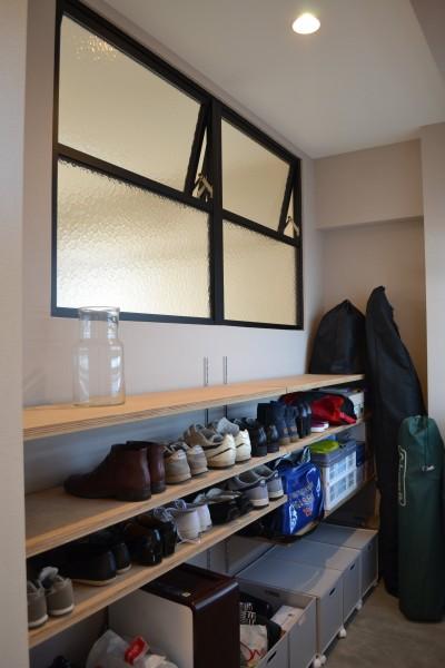 玄関土間スペース (50平米という限られた空間を広く見せるマンションリノベーション)