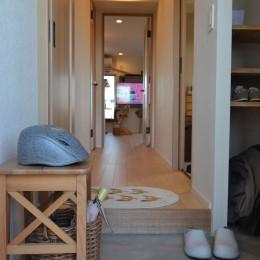 50平米という限られた空間を広く見せるマンションリノベーション (廊下)