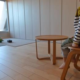 50平米という限られた空間を広く見せるマンションリノベーション (リビングダイニング)