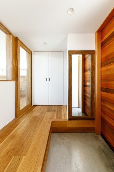 haus-deck 玄関 (haus-deck / 海岸を見下ろす多機能デッキで広がる空間)