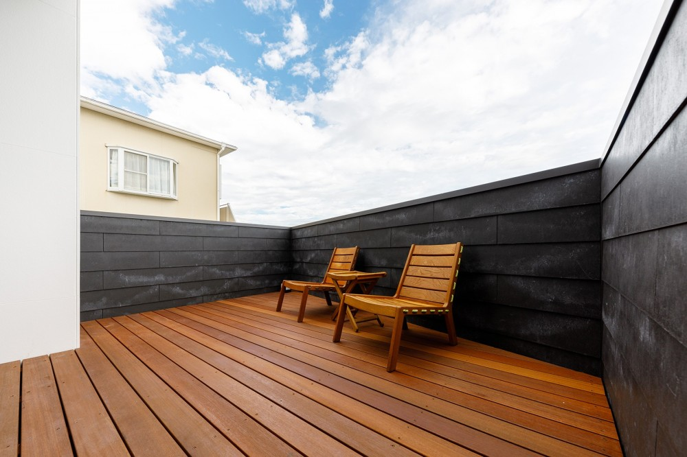 haus-deck / 海岸を見下ろす多機能デッキで広がる空間 (haus-deck デッキテラス)
