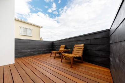 haus-deck デッキテラス (haus-deck / 海岸を見下ろす多機能デッキで広がる空間)