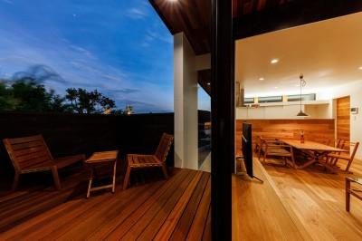 haus-deck 外観 (haus-deck / 海岸を見下ろす多機能デッキで広がる空間)