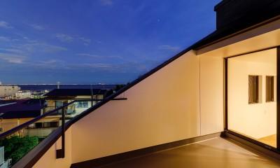 haus-deck / 海岸を見下ろす多機能デッキで広がる空間 (haus-deck バルコニー)