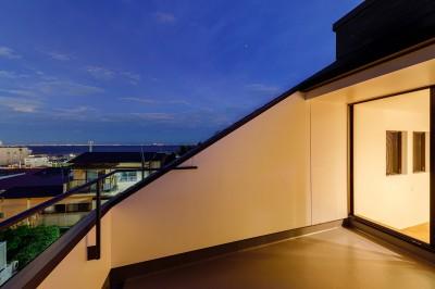 haus-deck バルコニー (haus-deck / 海岸を見下ろす多機能デッキで広がる空間)