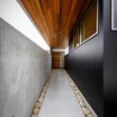 haus-slit / 稜線に沿ったスリットで自然を感じる中庭住宅の写真 haus-slit 玄関アプローチ