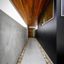 haus-slit / 稜線に沿ったスリットで自然を感じる中庭住宅 (haus-slit 玄関アプローチ)