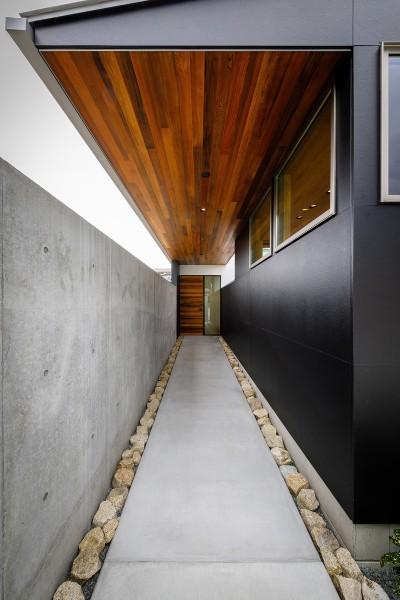 haus-slit 玄関アプローチ (haus-slit / 稜線に沿ったスリットで自然を感じる中庭住宅)