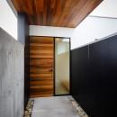 haus-slit / 稜線に沿ったスリットで自然を感じる中庭住宅の写真 haus-slit 玄関