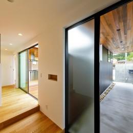 haus-slit / 稜線に沿ったスリットで自然を感じる中庭住宅 (haus-slit 玄関)
