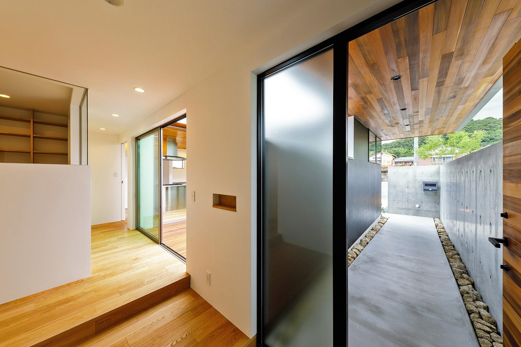 玄関事例:haus-slit 玄関(haus-slit / 稜線に沿ったスリットで自然を感じる中庭住宅)