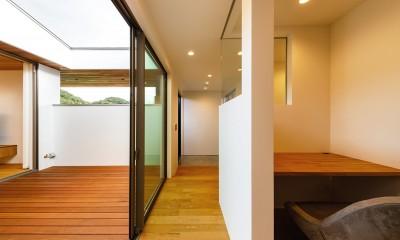 haus-slit / 稜線に沿ったスリットで自然を感じる中庭住宅 (haus-slit 中庭&書斎)