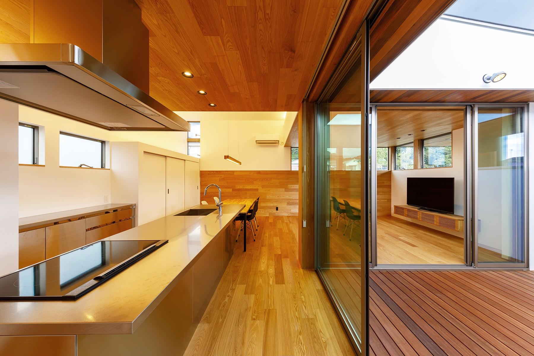 キッチン事例:haus-slit キッチン&中庭(haus-slit / 稜線に沿ったスリットで自然を感じる中庭住宅)