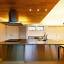 haus-slit / 稜線に沿ったスリットで自然を感じる中庭住宅の写真 haus-slit キッチン