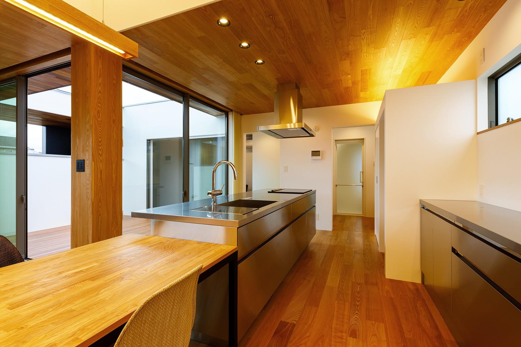 キッチン事例:haus-slit キッチン(haus-slit / 稜線に沿ったスリットで自然を感じる中庭住宅)