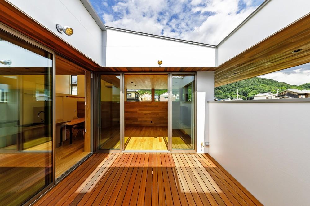 haus-slit / 稜線に沿ったスリットで自然を感じる中庭住宅 (haus-slit 中庭)