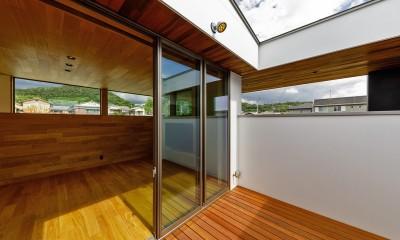 haus-slit / 稜線に沿ったスリットで自然を感じる中庭住宅 (haus-slit 中庭&リビング)
