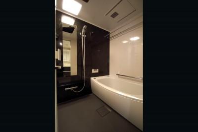 バスルーム (木目調のアクセントクロスが開放感あるLDKに映える)
