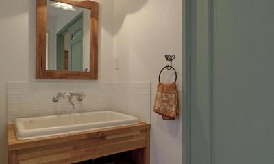 大阪府Fさん邸:家族がつながる開放的なLDK (木のカウンターに陶器のシンクを設置した洗面台)