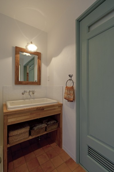 木のカウンターに陶器のシンクを設置した洗面台 (大阪府Fさん邸:家族がつながる開放的なLDK)