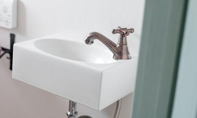 大阪府Fさん邸:家族がつながる開放的なLDK (レトロな手洗いボウル・水栓金具)