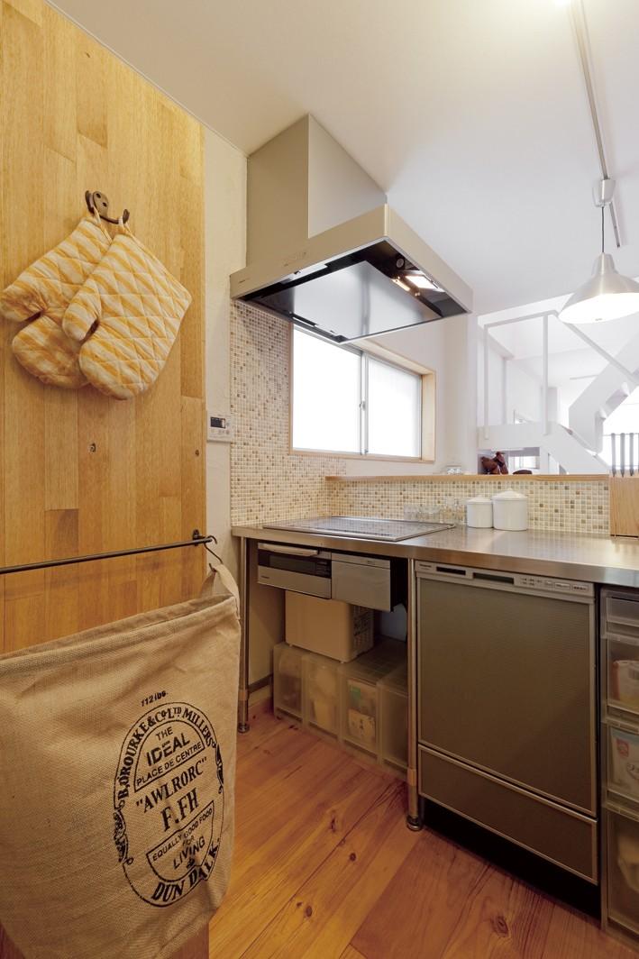 大阪府Sさん邸:中古リノベーションで開放感のある個性的な空間に (カフェの厨房風キッチン)