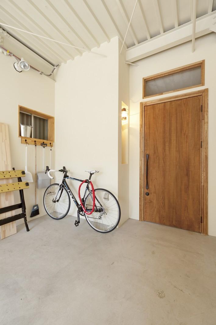 大阪府Sさん邸:中古リノベーションで開放感のある個性的な空間に (ファクトリーテイストのインナーガレージ)