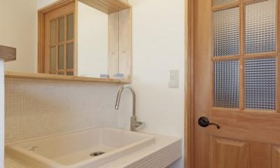 大阪府Sさん邸:中古リノベーションで開放感のある個性的な空間に (お洒落な造作洗面カウンター)