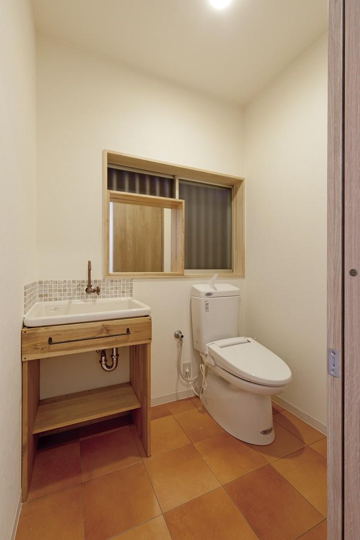 大阪府Sさん邸:中古リノベーションで開放感のある個性的な空間に (トイレ)