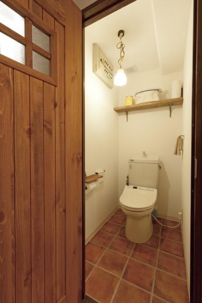 トイレもこだわりいっぱいの空間 (大阪府Tさん邸:子どもに目が届く家族がつながるリノベーション)