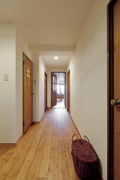 廊下 (大阪府Tさん邸:子どもに目が届く家族がつながるリノベーション)
