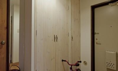 大阪府Tさん邸:子どもに目が届く家族がつながるリノベーション (収納たっぷりの玄関)