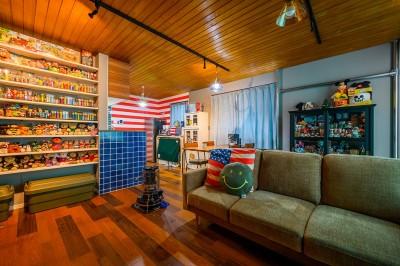 コレクションと過ごすリビング (色で遊ぶ、趣味と暮らす家)