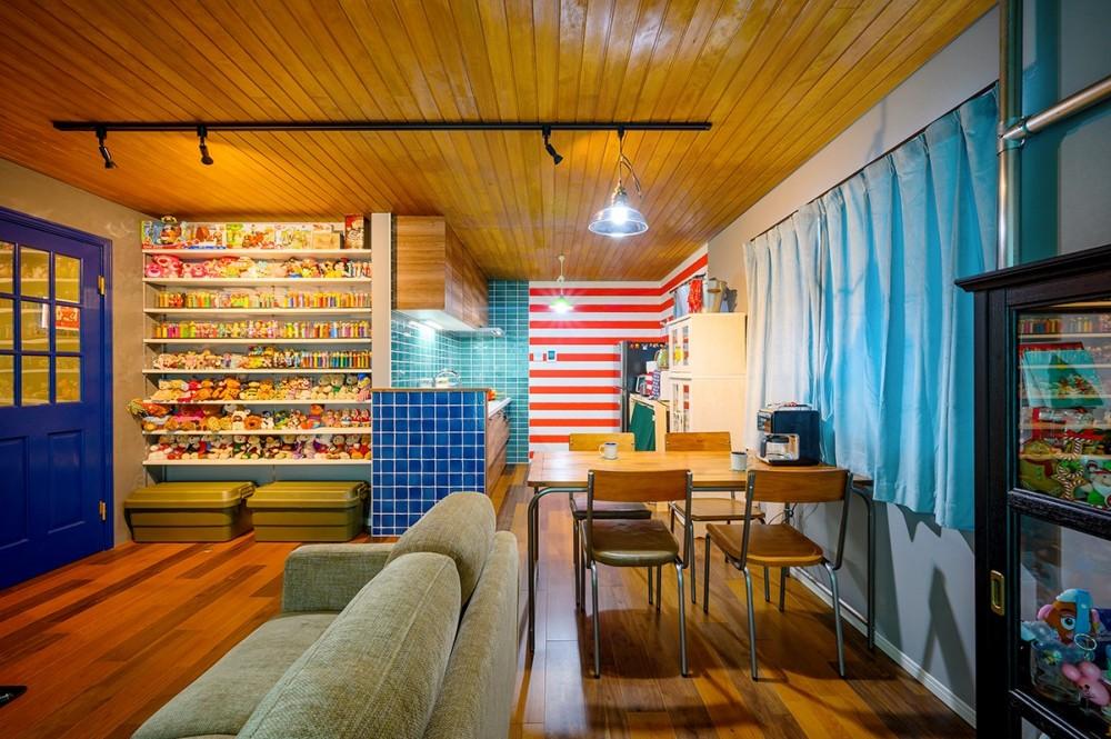 色で遊ぶ、趣味と暮らす家 (コレクションと過ごすLDK)
