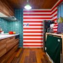 色で遊ぶ、趣味と暮らす家の写真 ミッドセンチュリーモダンをテーマにタイルでコーディネートしたキッチン