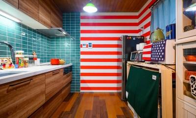 色で遊ぶ、趣味と暮らす家 (ミッドセンチュリーモダンをテーマにタイルでコーディネートしたキッチン)