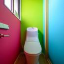 色で遊ぶ、趣味と暮らす家の写真 色で遊ぶトイレ