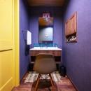 色で遊ぶ、趣味と暮らす家の写真 色使いが秀逸な洗面空間