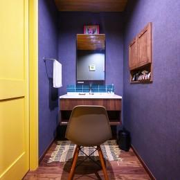 色で遊ぶ、趣味と暮らす家 (色使いが秀逸な洗面空間)