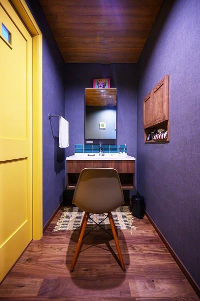 色使いが秀逸な洗面空間 (色で遊ぶ、趣味と暮らす家)