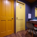 色で遊ぶ、趣味と暮らす家の写真 洗面スペース
