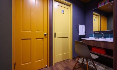 色で遊ぶ、趣味と暮らす家 (洗面スペース)