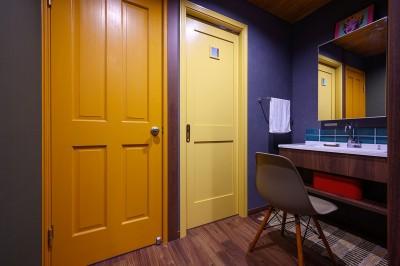 洗面スペース (色で遊ぶ、趣味と暮らす家)