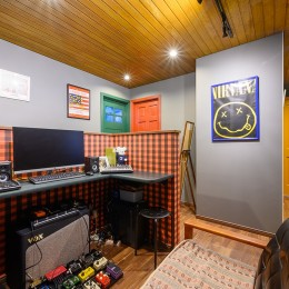 色で遊ぶ、趣味と暮らす家 (ご主人の音楽スタジオスペース)