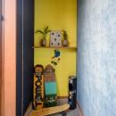 色で遊ぶ、趣味と暮らす家の写真 子世帯専用の玄関スペース