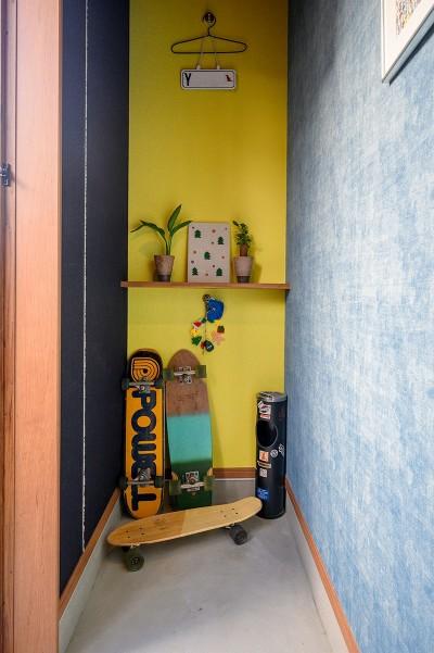 子世帯専用の玄関スペース (色で遊ぶ、趣味と暮らす家)